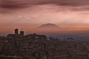il borgo che si staglia sulla valle del Tevere
