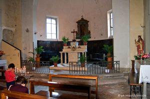 Navata centrale ed altare maggiore con il coro